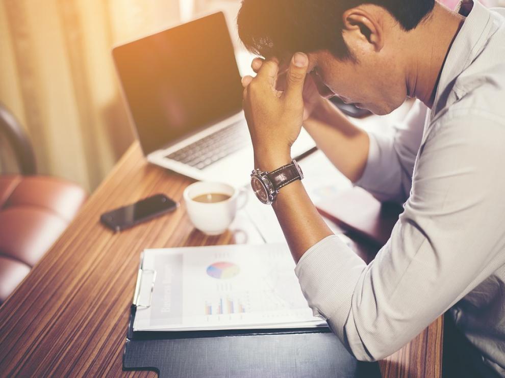 """El estrés en el trabajo se asocia a la inseguridad laboral, a una carga de trabajo """"excesiva"""" y a situaciones de acoso."""