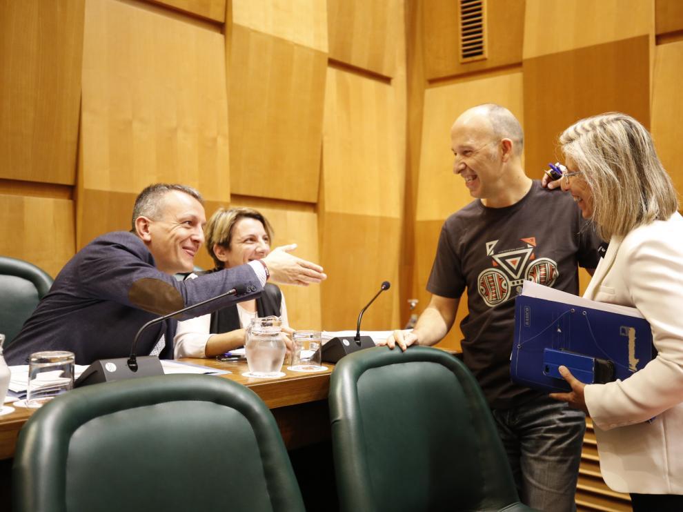 Carmelo Asensio, portavoz de CHA en el Ayuntamiento de Zaragoza quien ha defendido la moción en el pleno, bromea con Fernando Rivarés.