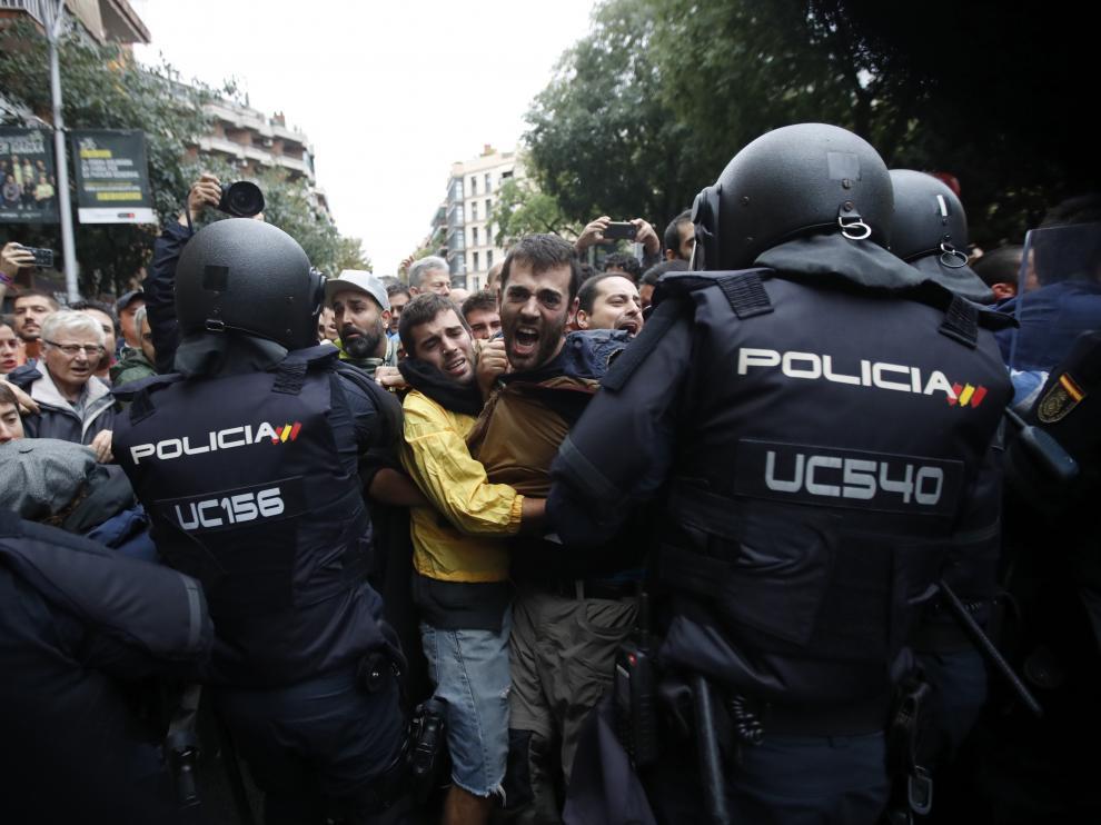 Momento de tensión durante la celebración del referéndum ilegal en Cataluña