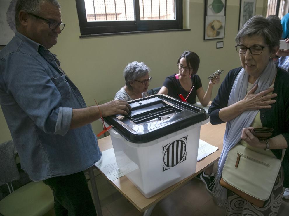 Un grupo de personas votan en el instituto Moisés Broggi de Barcelona en el referéndum sobre la independencia de Cataluña, suspendido por el Tribunal Constitucional.