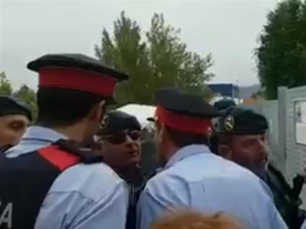Uno de los careos entre agentes de los dos cuerpos policiales.