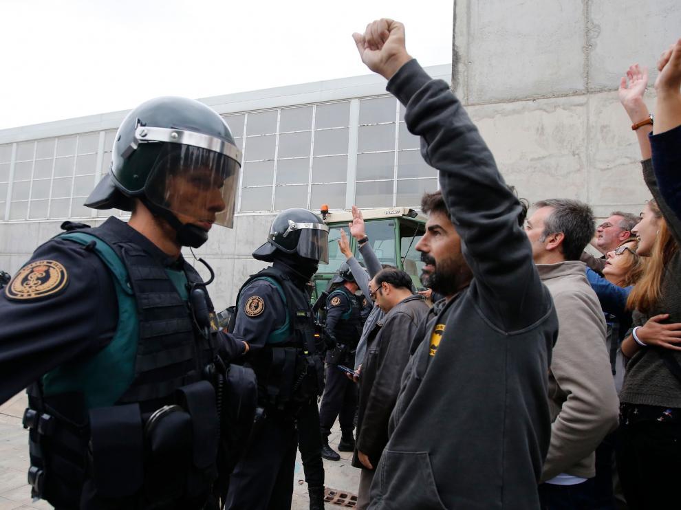 La Policía Nacional y la Guardia Civil han detenido hasta las seis de la tarde al menos a cuatro personas en Cataluña por delitos de resistencia, desobediencia y atentado a agentes de la autoridad.