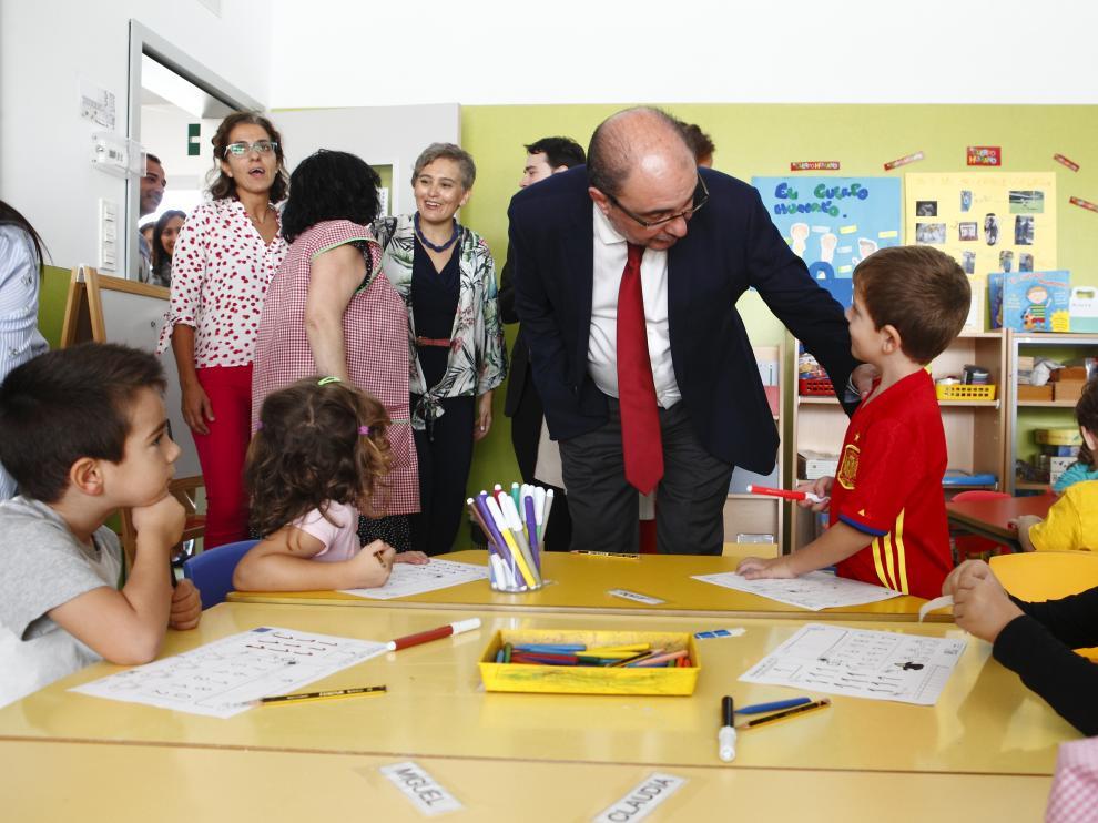 Javier Lambán, este lunes, durante su visita al colegio Zaragoza sur de la capital aragonesa