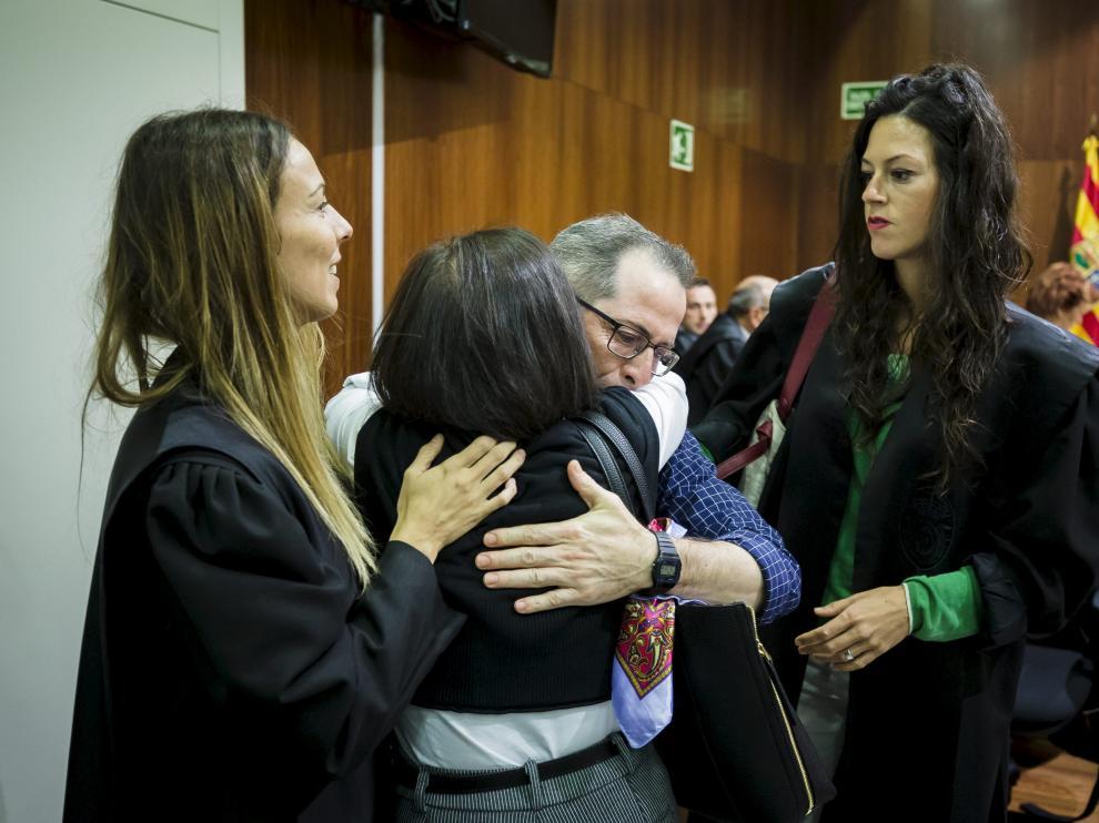El acusado, Francisco Canela, abraza a su hermana Isabel tras conocer el veredicto del jurado, en presencia de sus abogadas Soraya Laborda y Laura Vela.