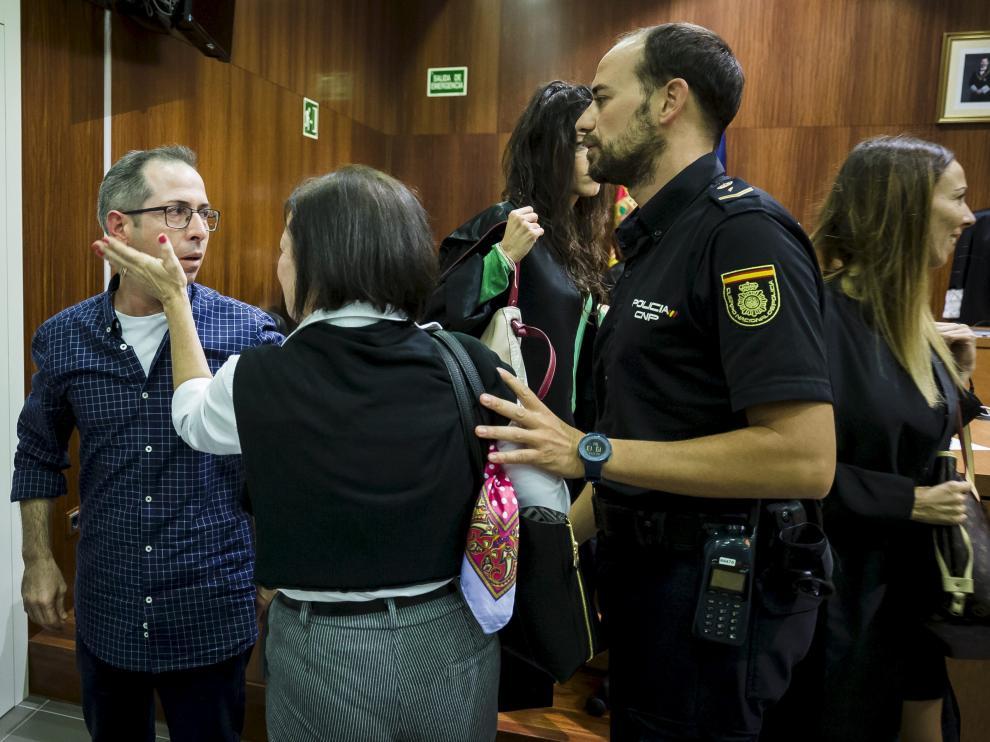 El acusado es abrazado por su hermana tras escuchar el veredicto.