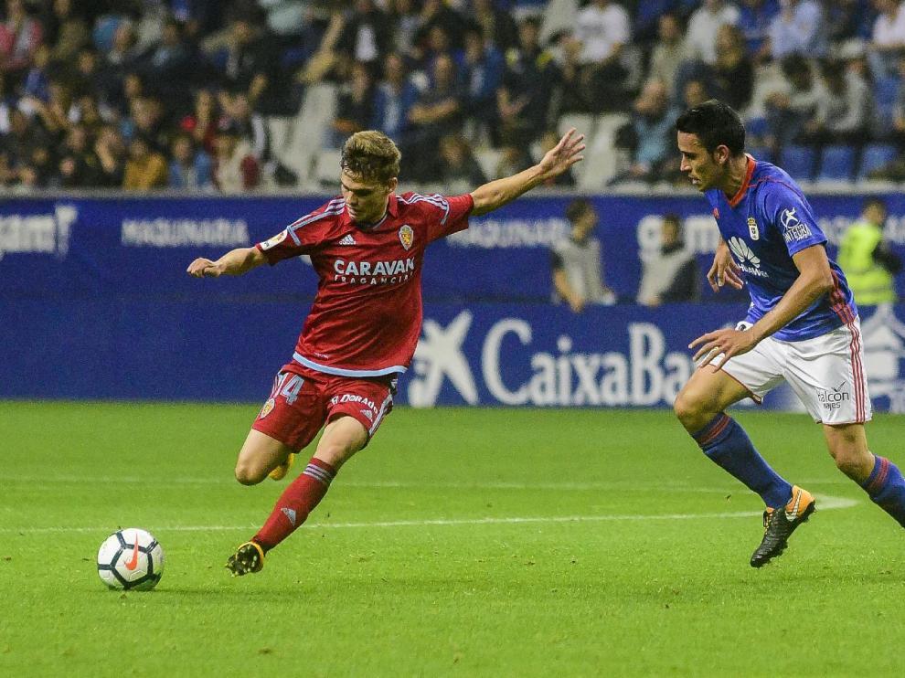 Febas, en una jugada de ataque del Real Zaragoza este lunes en Oviedo.
