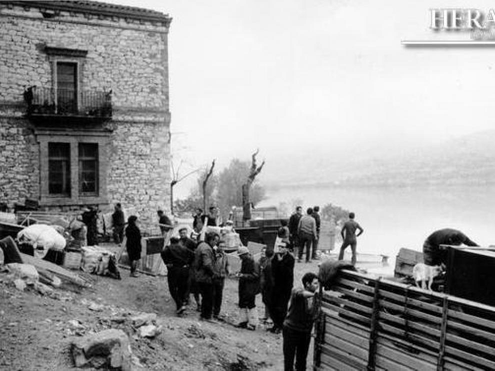 Habitantes de Fayón recogen precipitadamente sus pertenencias, el 24 de noviembre de 1967