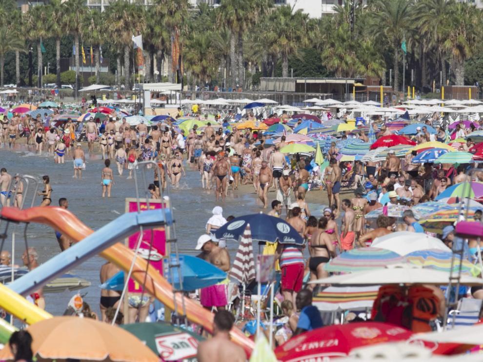 La playa de Salou, llena de turistas.