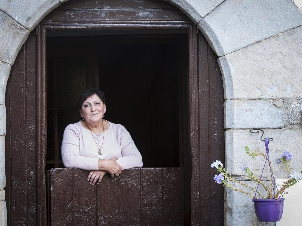 Mari Cruz Casas, en la puerta de su hogar-taller.