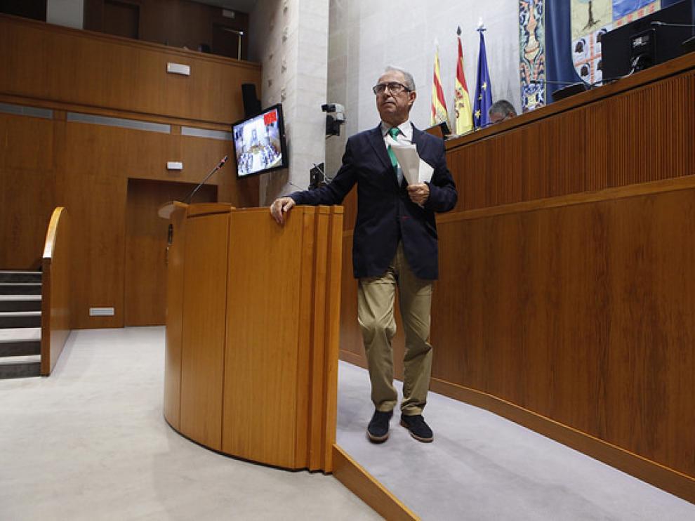 El consejero de Hacienda, Fernando Gimeno, en las Cortes de Aragón.
