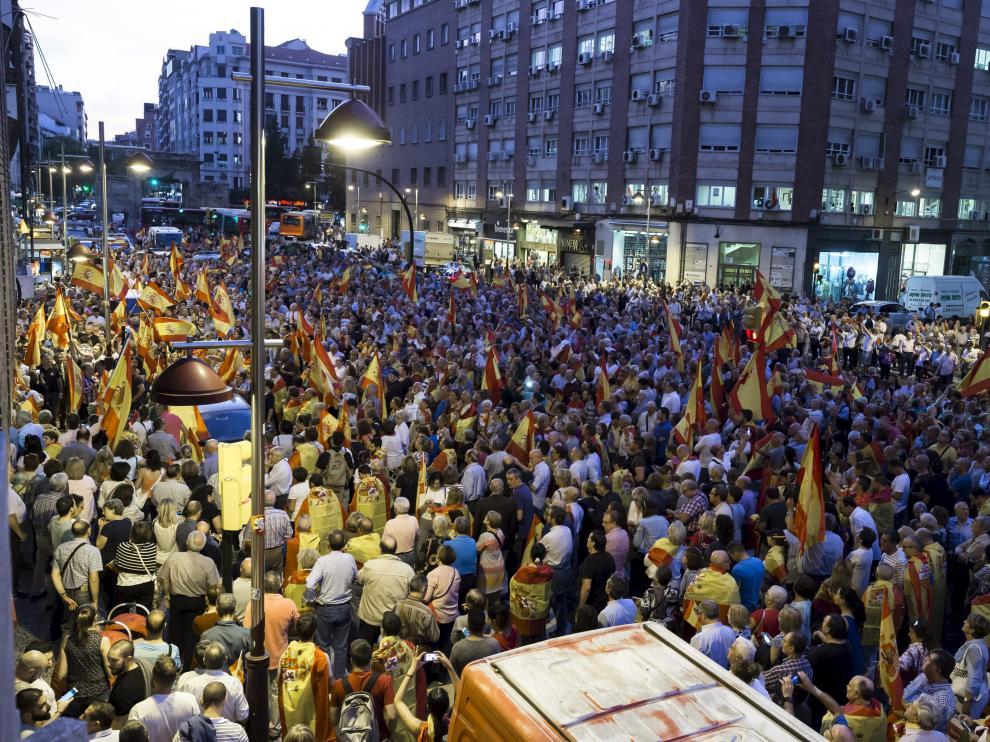 Miles de personas provistas de banderas de España gritaron consignas contra Puigdemont y la deriva independentista.