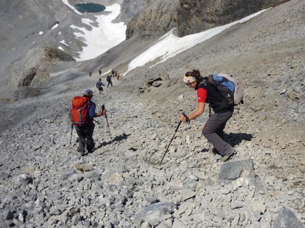 Montañeros bajando de Monte Perdido hacia el ibón Chelau.