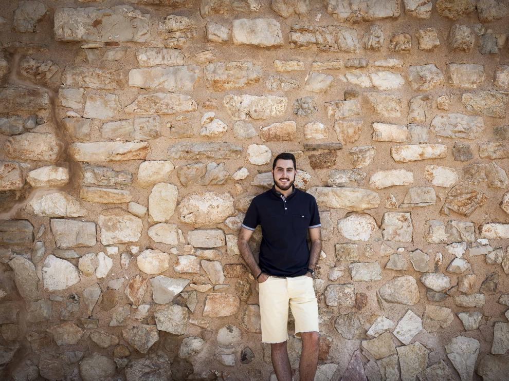 El joven historiador Álvaro Simón, en las calles de Muniesa.