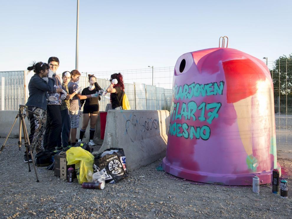 Contenedores pintados las pasadas Fiestas del Pilar para concienciar contra las agresiones sexuales en Zaragoza.