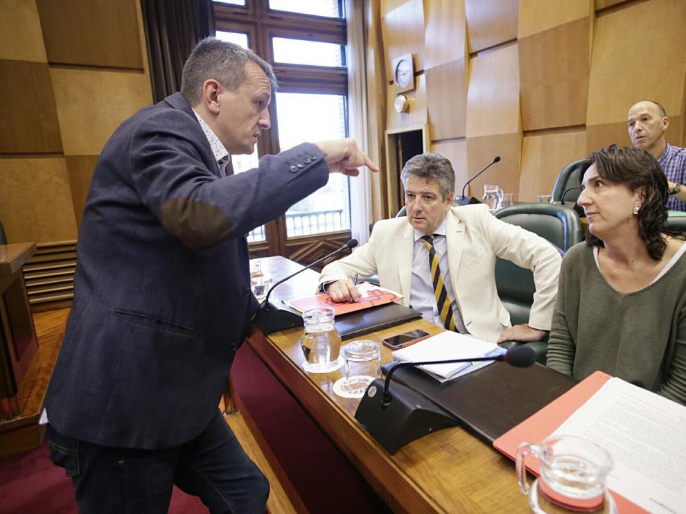 El concejal Fernando Rivarés conversa con los ediles socialistas Javier Trívez y Lola Ranera.