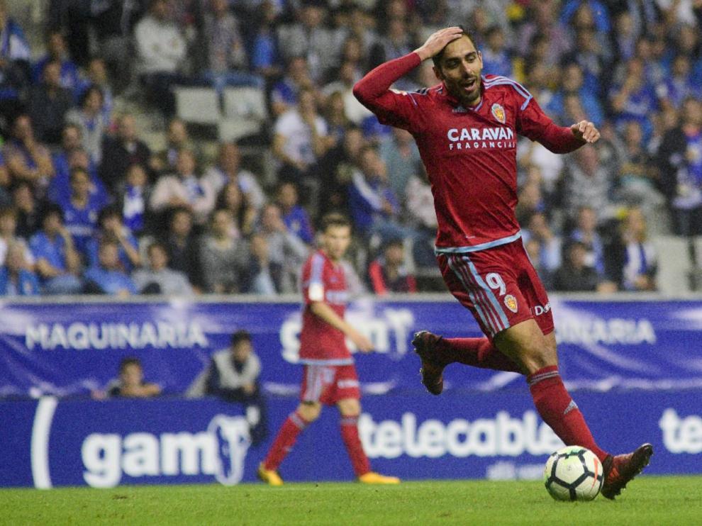 Borja Iglesias, el pasado lunes en el partido ante el Oviedo en el Tartiere. Al fondo, difuminado, Febas.