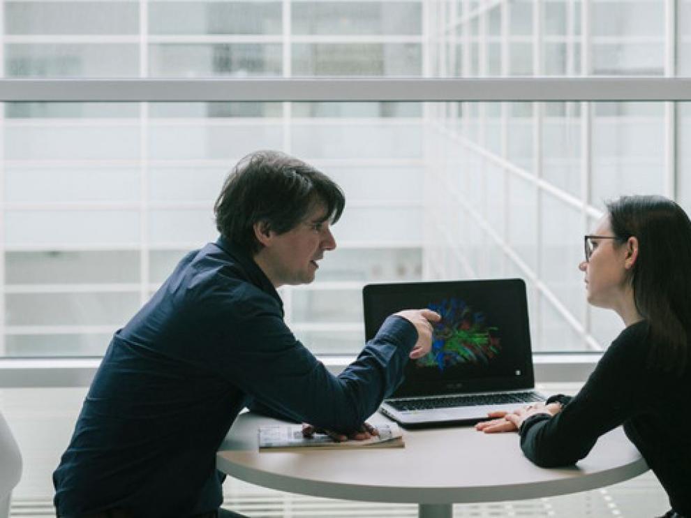Los investigadores han analizado simultáneamente la compleja actividad neuronal de dos personas desconocidas que entablan una conversación por primera vez