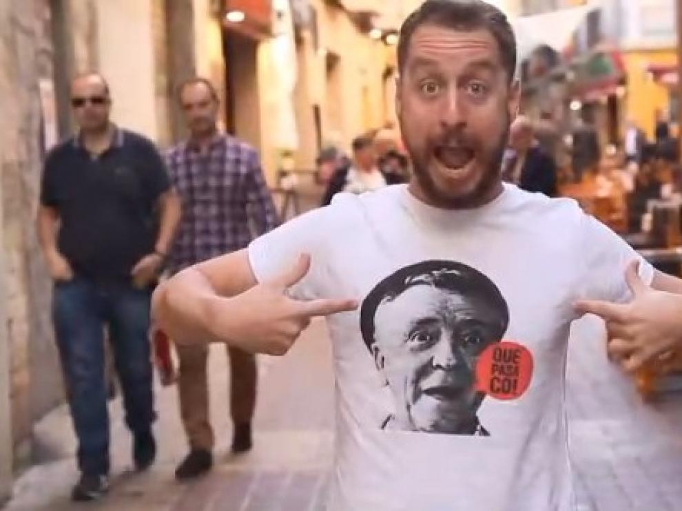 Alberto Rodríguez, interpretando 'A mí me gustan los pilares', la versión de 'Mayores'.