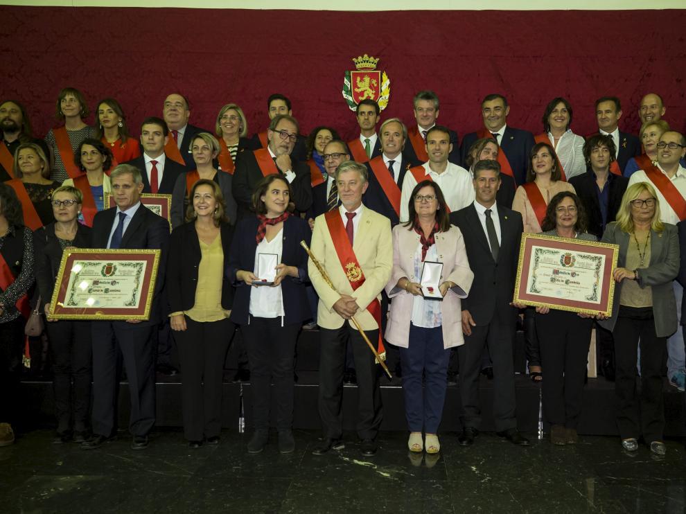 Foto de grupo de los ediles y los distinguidos ayer por el Ayuntamiento de Zaragoza.