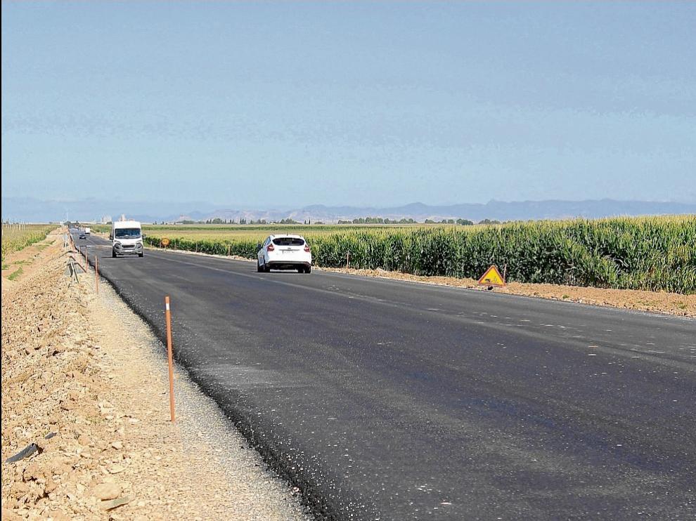 Trabajos de remodelación en la larga recta entre Sariñena y Sena.