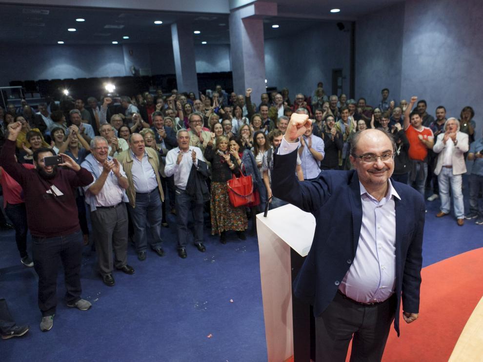 Javier Lambán, en la sede central del partido en Zaragoza tras ser proclamado vencedor.