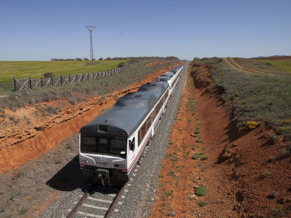 Los 'tamagotchi' o Diésel 596 fueron fabricados en los años 70 y reformados en los 80 del siglo pasado. En la foto, un tren estropeado entre Cuencabuena y Lechago, en el momento de ser remolcado por otro convoy hasta la estación de Ferreruela.