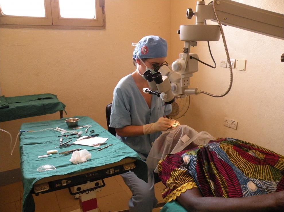 La oftalmóloga Mireya Martínez tratando a una paciente chadiana en el Hospital Saint Joseph de Bébédjia.