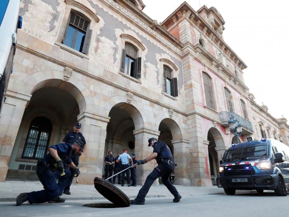 Varios agentes de los Mossos ante la sede del 'Parlament'.