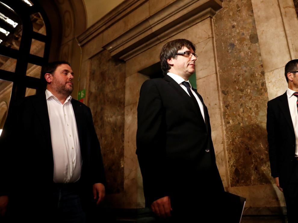 Carlos Puigdemont, en el centro. A su izquierda, Oriol Junqueras.