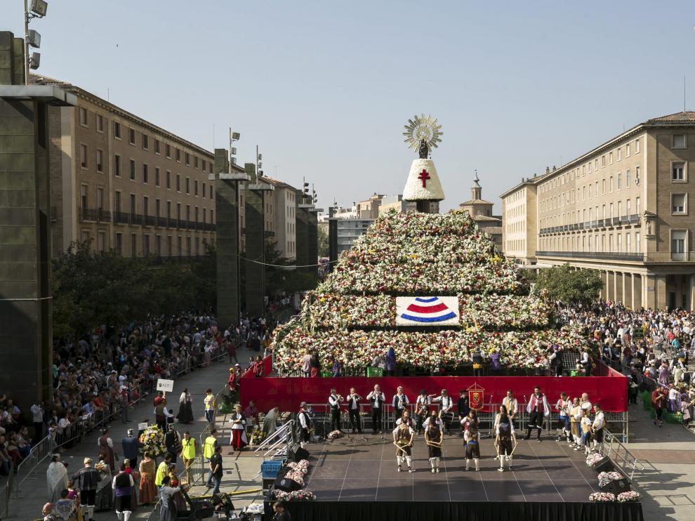 Resultado de imagen de Ofrenda de flores a la Virgen durante las Fiestas del Pilar.