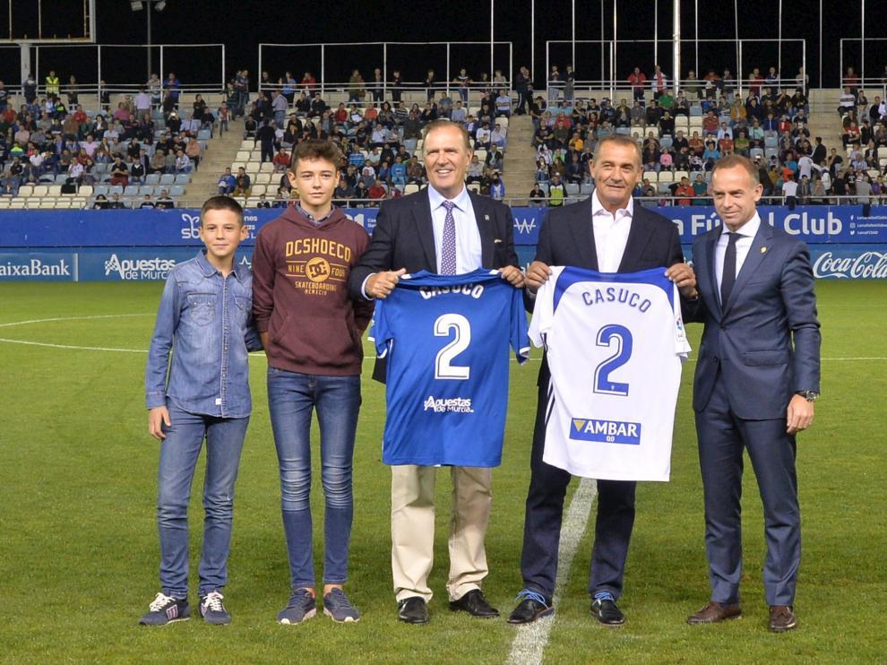 Juan Casuco, ayer en el Lorca posa con la camiseta del Real Zaragoza junto a Christian Lapetra.