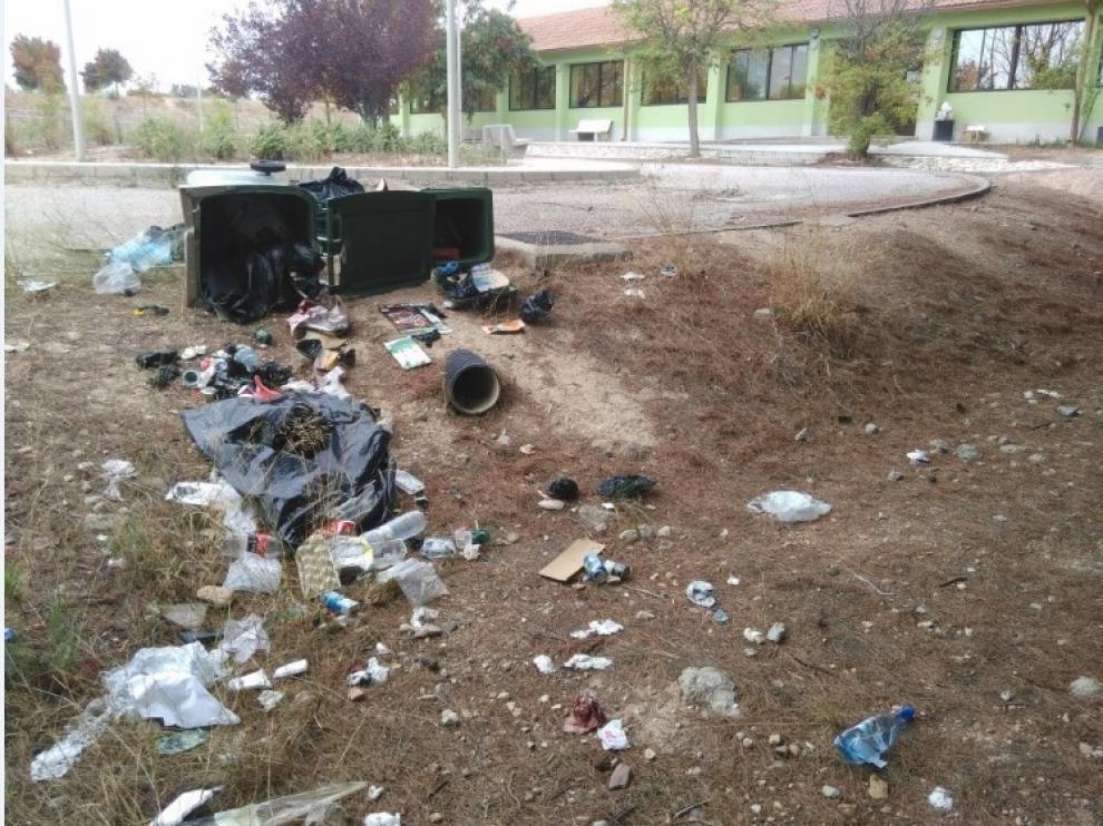La suciedad se instala en los exteriores del Centro Vecinal Barrios del Sur