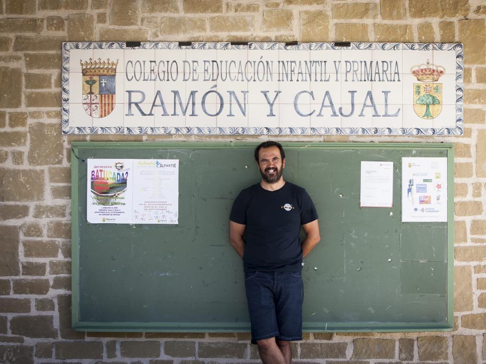 Juan Antonio Rodríguez 'Gigi', en la puerta del colegio que dirige.