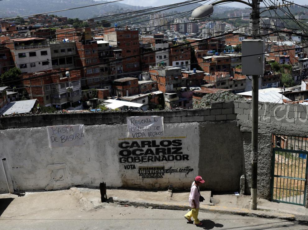 Un venezolano pasea por la calle.