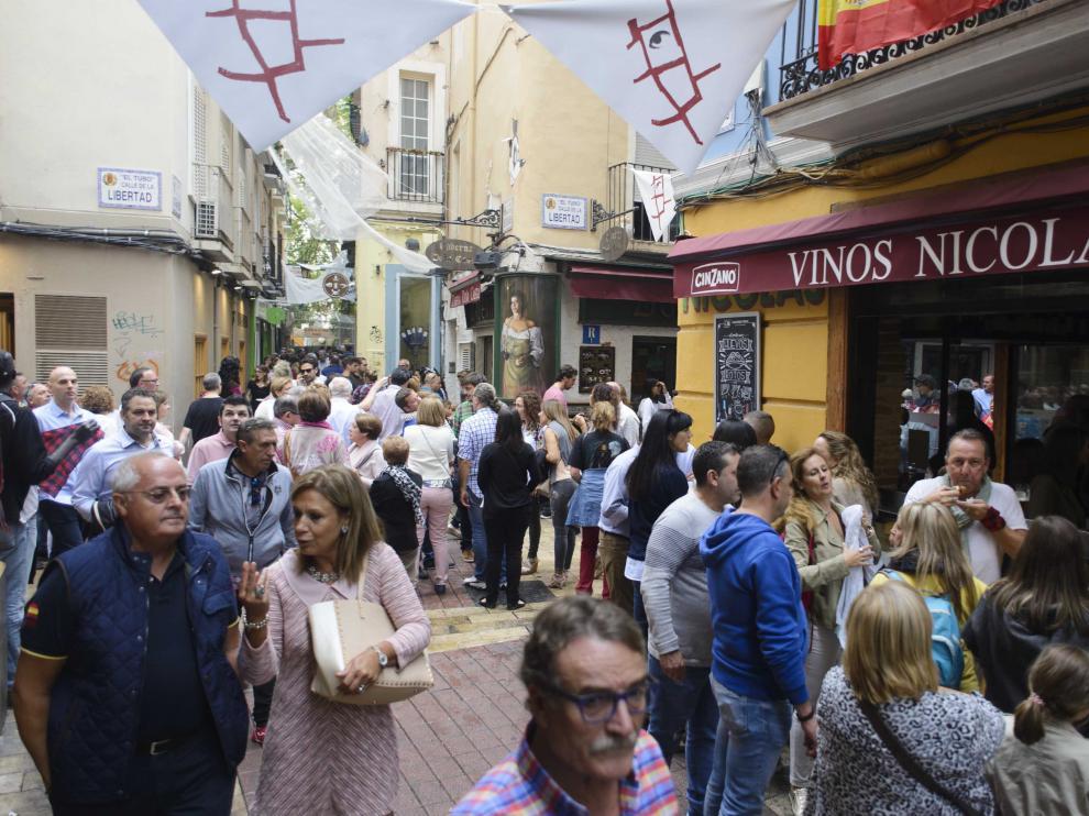 Los bares y terrazas del centro de Zaragoza lucen estos días llenos de gente con motivo de unas fiestas del Pilar en las que acompaña el buen tiempo.