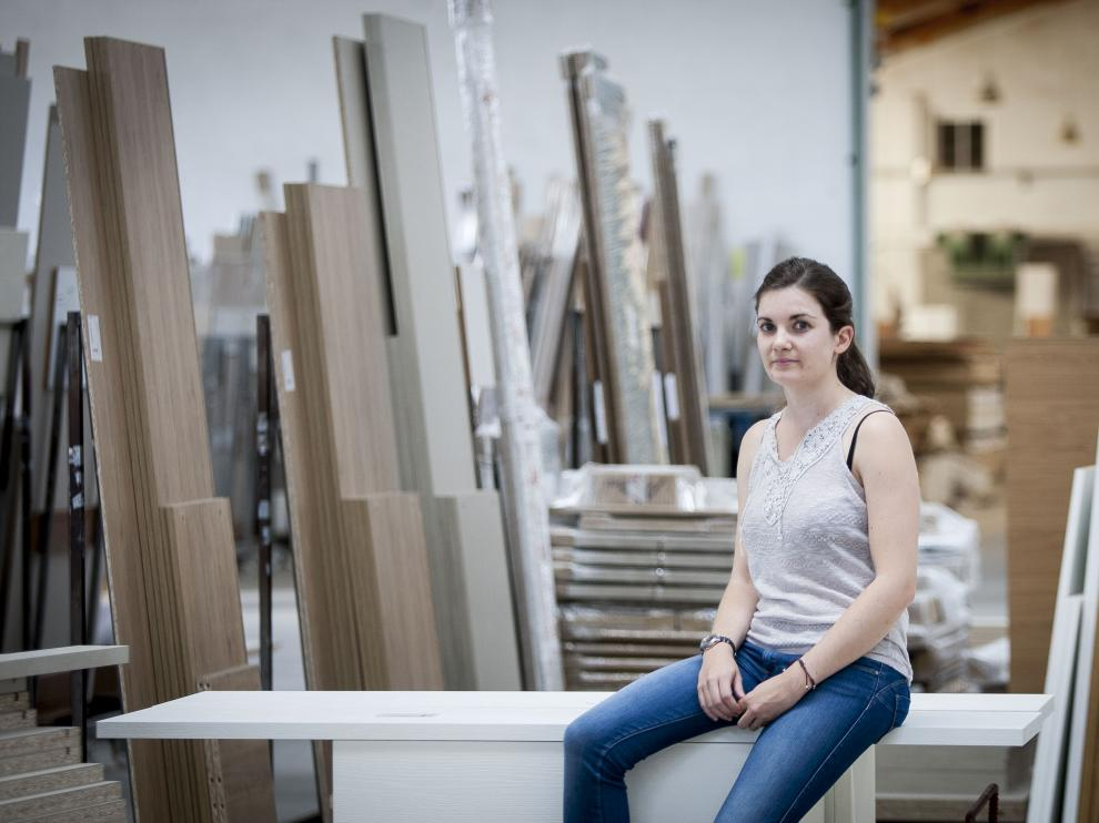 Ana Félez, directora comercial de Alcomobi, en la fábrica de la empresa.
