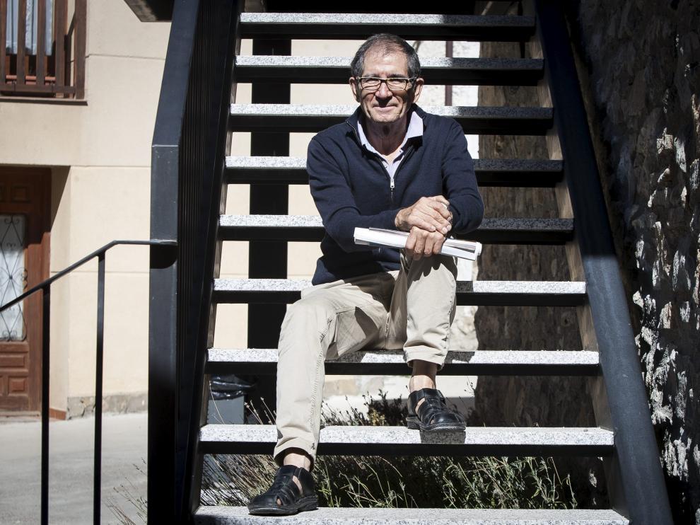 Miguel Ángel Sanvicente, en las escaleras del Ayuntamiento de Arguis.