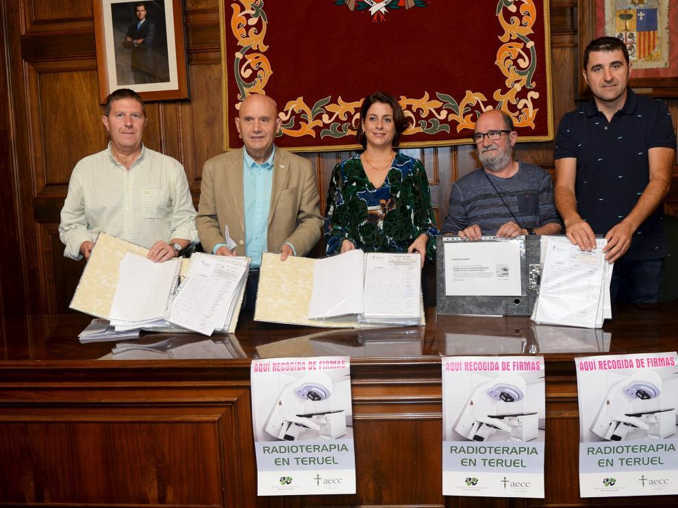 La campaña de recogida de firmas para reclamar que el futuro hospital de Teruel tenga una unidad de radioterapia termina con un balance de 38.000 rúbricas recogidas