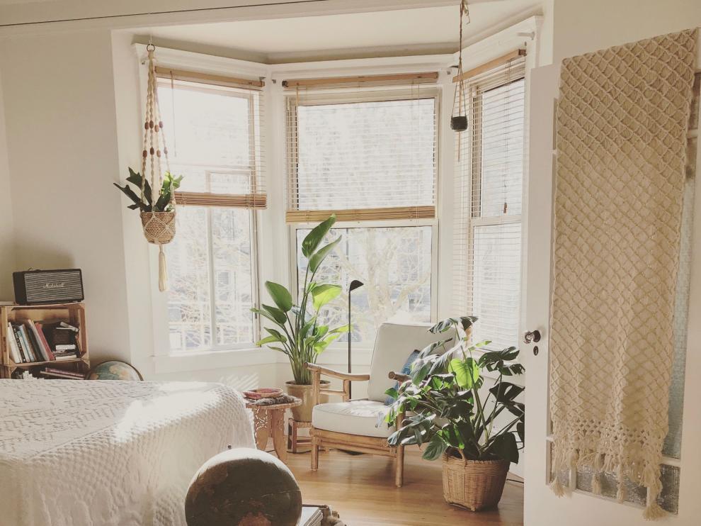 La posición de la cama respecta a la puerta y las ventanas es esencial en el feng shui.