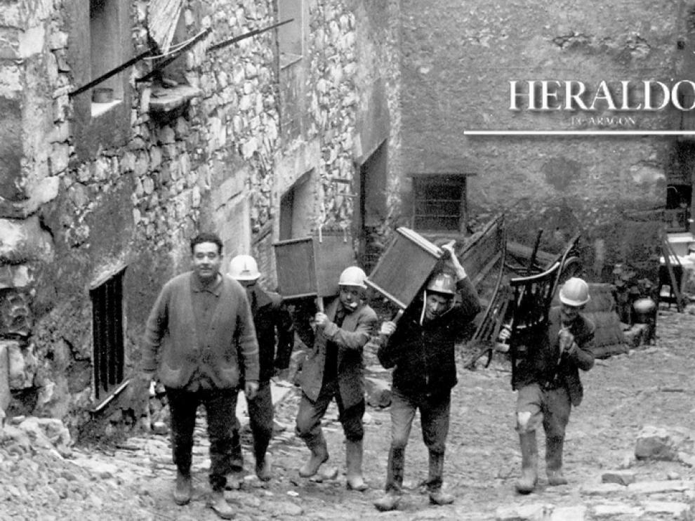 Vecinos de Fayón llevándose sus pertenencias.