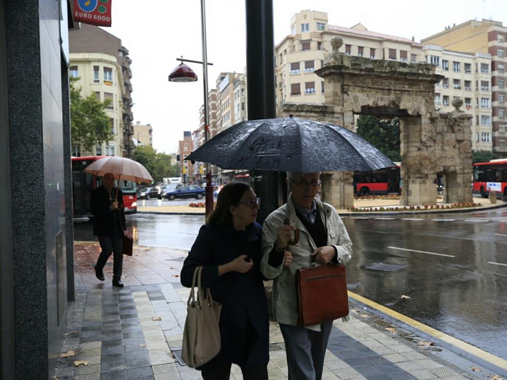 Foto de archivo de un día de lluvia en Zaragoza.