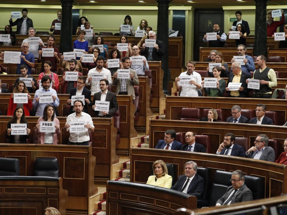 los diputados de Unidos Podemos y PDeCAT se han puesto en pie con carteles en los que se reclama la excarcelación de Jordi Sánchez y Jordi Cuixart.