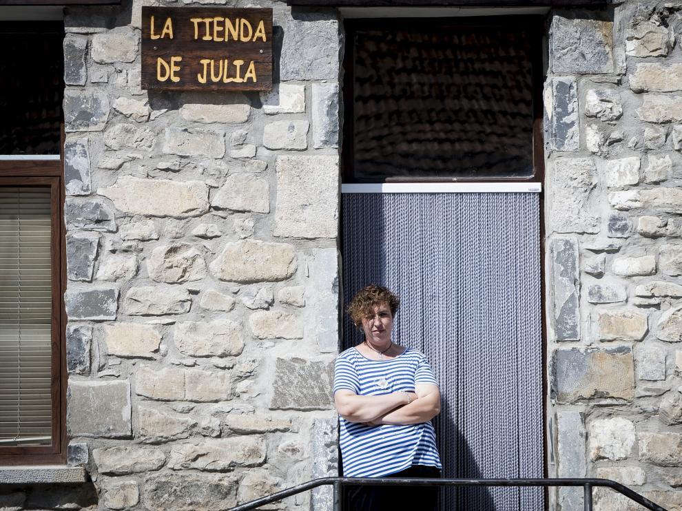 Julia Casajús, en el remozado edificio de la Casa de la Villa, que alberga su tienda; el inmueble se quemó hace cuatro años.