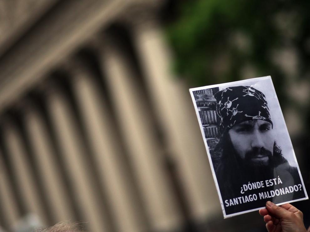 Una mujer sostiene un cartel con el rostro de Santiago Maldonado en una de las protestas por su desaparición.