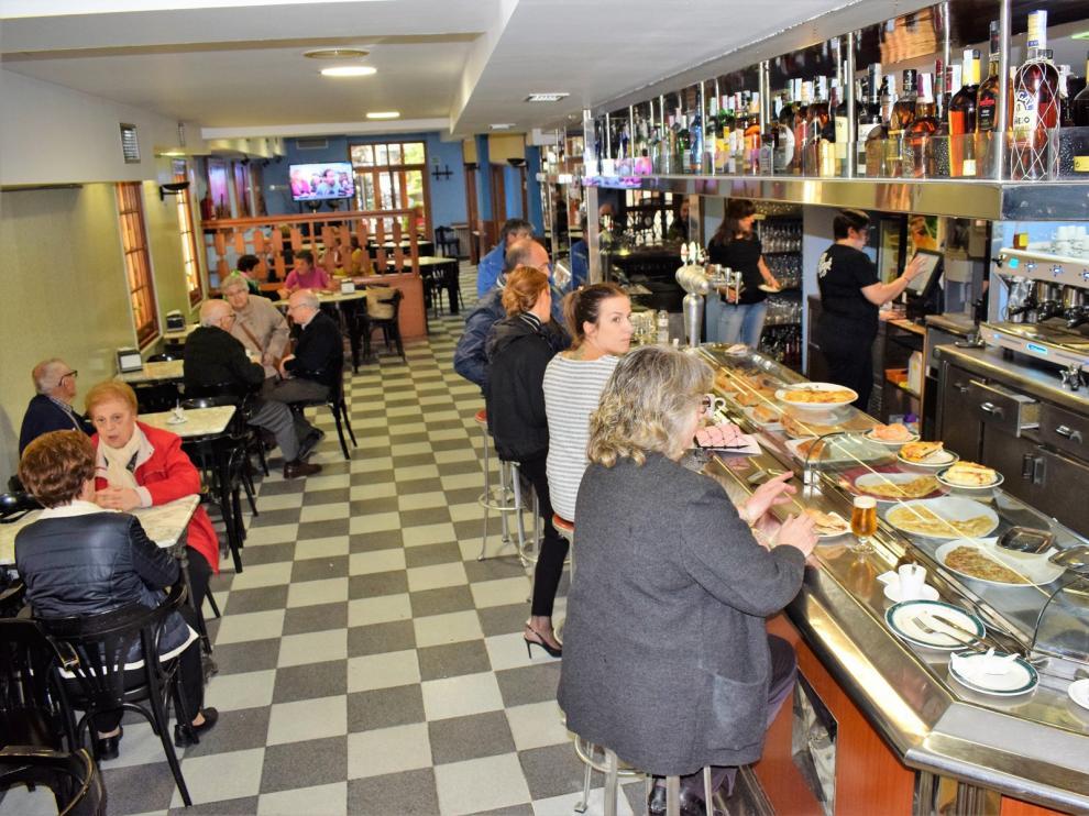 Interior del bar López de Graus, con 150 años de historia