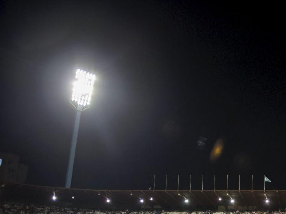 El cielo nocturno sobre La Romareda, durante el partido del pasado domingo.