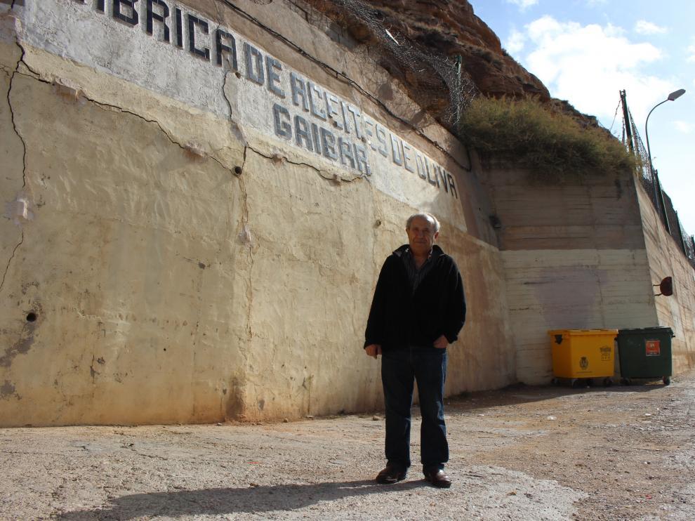 Vicente Gaibar, ayer, junto al muro agrietado e hinchado junto a su empresa en Alcañiz.