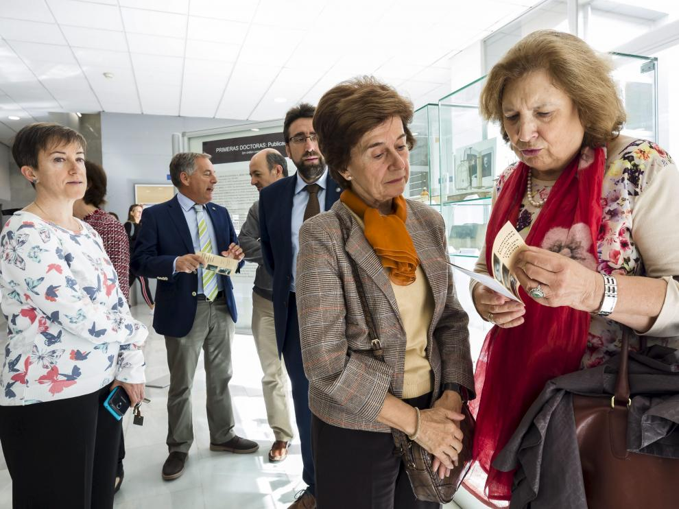 María Pilar Alfaro y María Antonia Martín, hijas de dos homenajeadas, ayer en la facultad.