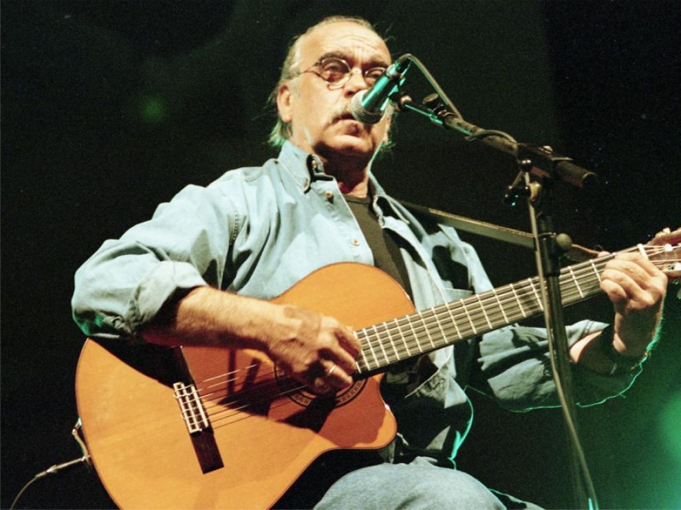 José Antonio Labordeta durante un concierto