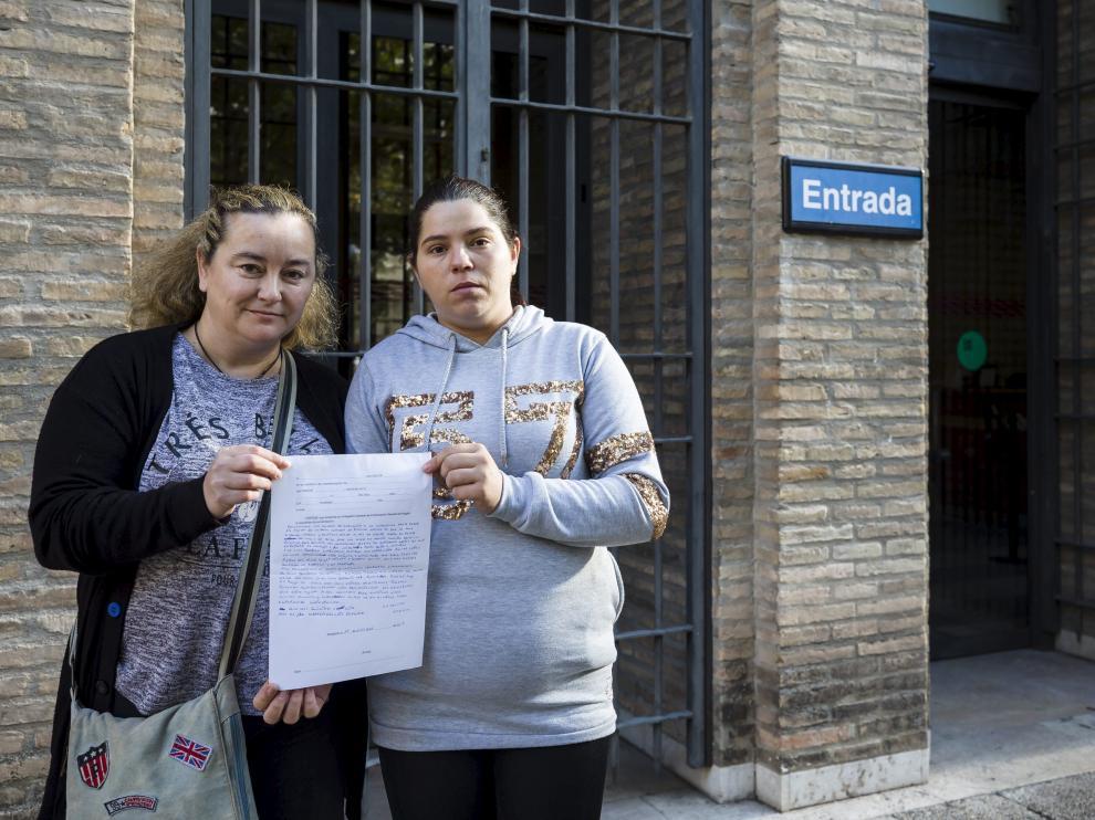 Beatriz Tejeda y Jessica Lodoyer, este jueves, a las puertas del Pignatelli de Zaragoza con la queja que presentaron